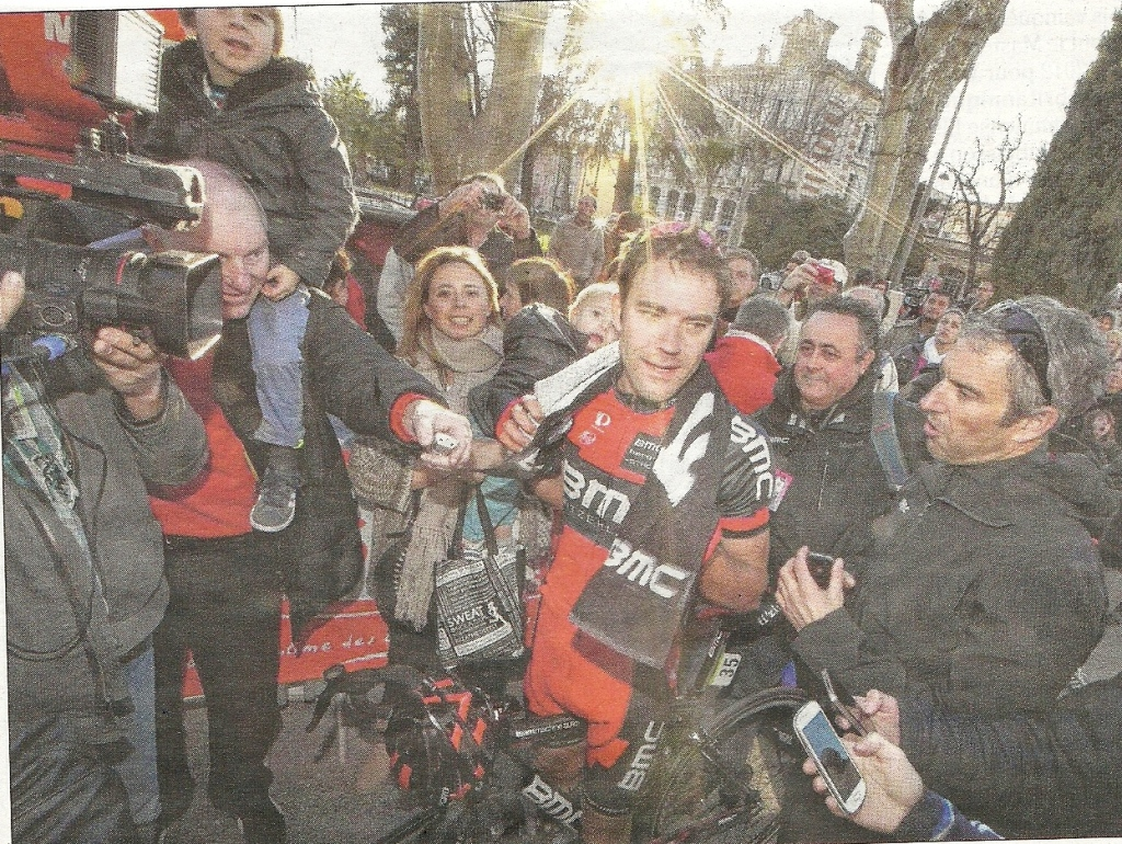Everyone wants a few words with the stage winner Amael Moinard (image: Nice Matin)