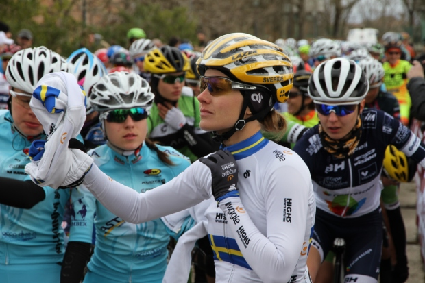 Emma Johansson (Wiggle High5)shedding layers at the start