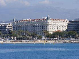 Hotel_Carlton_Cannes_Francja_-_widok_z_nowego_portu__-_panoramio